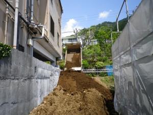 削った土をダンプUP!!じゃんじゃん積んで、築山を作ります。